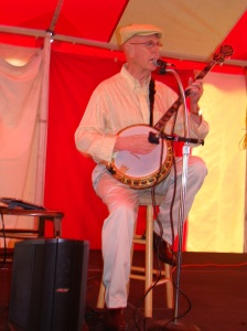 Banjo player entertained before the main speaker.