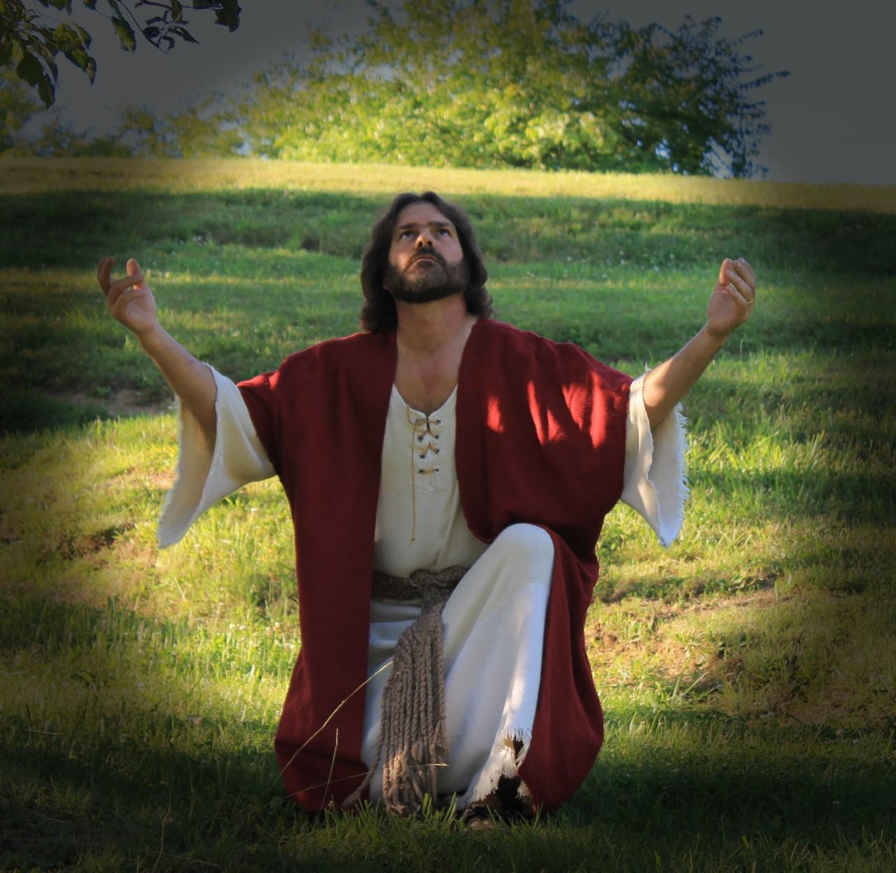 LW Jesus praying